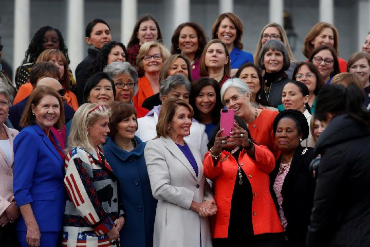 Ketua DPR AS Nancy Pelosi (tengah: blazer abu-abu) berpose bersama perempuan anggota Kongres AS terpilih ke-116 di Capitol Hill di Washington, AS 4 Januari 2019. [Leah Millis / Reuters]