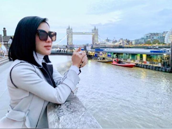 Syahrini di London (instagram @princessyahrini)