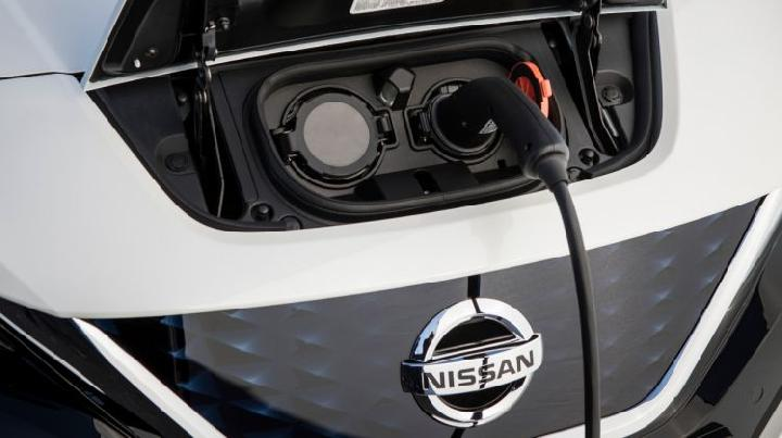Proses isi ulang baterai Nissan Leaf. (Nissan)