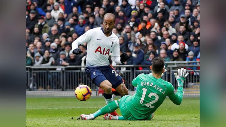 Gelandang Tottenham Hotspur, Lucas Moura berusaha mengecoh kiper Newcastle United, Martin Dubravka dalam pertandingan Liga Inggris di Stadion Wembley, London, 2 Februari 2019. Action Images via Reuters/Matthew Childs