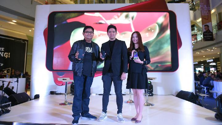 Aryo Meidianto, PR Manager OPPO Indonesia, Kevin Hendrawan, YouTuber Influencer, dan Alinna Wenxin, Marketing Director OPPO Indonesia saat membuka acara First Experience OPPO F5. (OPPO Indonesia)