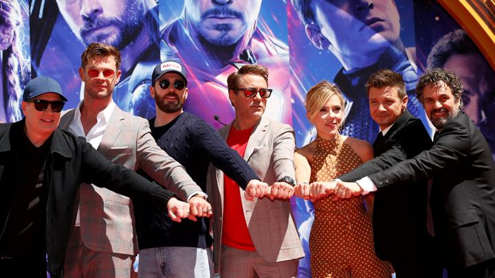 Aktor Robert Downey Jr., Chris Evans, Mark Ruffalo, Chris Hemsworth, Scarlett Johansson, Jeremy Renner dan Presiden Marvel Studios Kevin Feige berpose dalam penayangan perdana film Avengers Endgame di TCL Chinese Theatre di Hollywood, Los Angeles , Califo