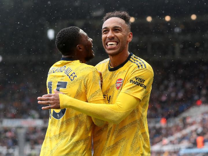 Pemain Arsenal Pierre-Emerick Aubameyang dan Ainsley Maitland-Niles. REUTERS/Scott Heppell