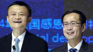 Jack Ma dan Daniel Zhang (kanan), Chairman of the Board Alibaba Group yang baru. qz.com