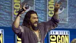 Aktor Jason Momoa menyapa penggemar di panel film Aquaman dalam Comic-Con International di San Diego,  Sabtu, 21 Juli 2018. Dalam panel ini pengunjung berkesempatan menonton trailer yang akan dirilis pada akhir 2018 untuk pertama kalinya. AP/Chris Pizzell
