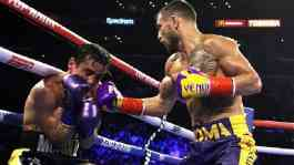 Vasyl Lomachenko memasukkan pukulan ke wajah Anthony Crolla dalam laga tinju perebutan gelar juara dunia kelas ringan WBA/WBO di Staples Center, Los Angeles, Jumat 12 April 2019. (Sumio Yamada/Fightnews)
