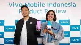 Senior Product Manager Vivo Mobile Indonesia Yoga Samiaji dan PR Manajer Vivo Indonesia Tyas K. Rarasmurti memamerkan Vivo S1 dalam Vivo Mobile Indonesia Product Review di MotoMoto, Qbig BSD City, Rabu, 10 Juli 2019. TEMPO/Khory