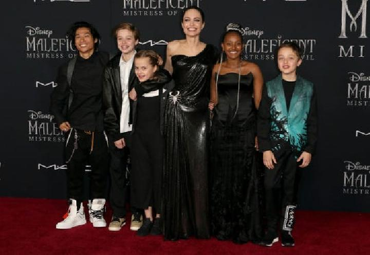 "Angelina Jolie (keempat dari kiri) bersama anak-anaknya dari kiri Pax Jolie-Pitt, Shiloh Jolie-Pitt, Vivienne Jolie-Pitt, Zahara Jolie-Pitt and Knox Jolie-Pitt di premier film ""Maleficent: Mistress of Evil"" Senin 30 September 2019 di El Capitan Theatre, L"