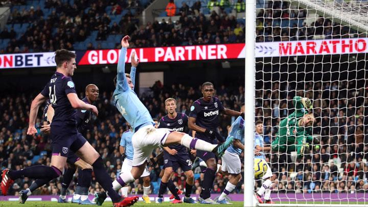 Pemain Manchester City Rodri, mencetak gol ke gawang West Ham United dalam pertandingan Liga Inggris di Stadion Etihad, Manchester, 20 Februari 2020. Manchester City bungkam West Ham 2-0. Action Images via Reuters/Carl Recine