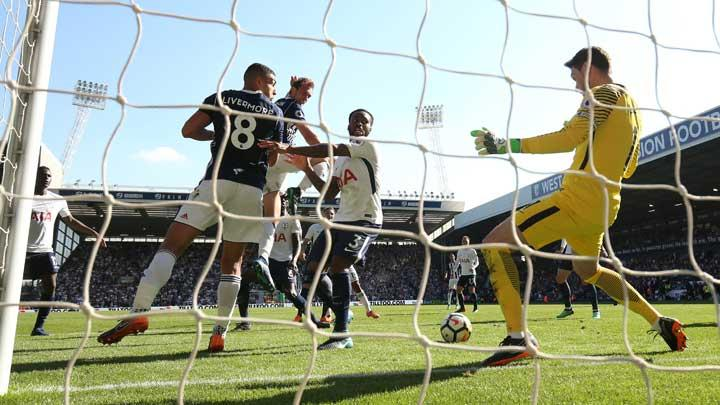 Pemain West Bromwich Albion, Jake Livermore, mencetak gol ke gawang Tottenham Hotspur dalam pertandingan Liga Inggris di  The Hawthorns, West Bromwich, 5 Mei 2018. Action Images via Reuters/Jason Cairnduff