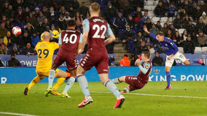 Pemain Leicester City Marc Albrighton, melakukan sundulan ke gawang Aston Villa dalam pertandingan Liga Inggris di Stadion King Power, Leicester, 10 Maret 2020. Action Images via Reuters/Andrew Boyers