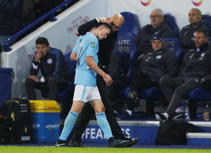 Pemain Manchester City, Phil Foden, bersama pelatih Pep Guardiola. REUTERS/Darren Staples