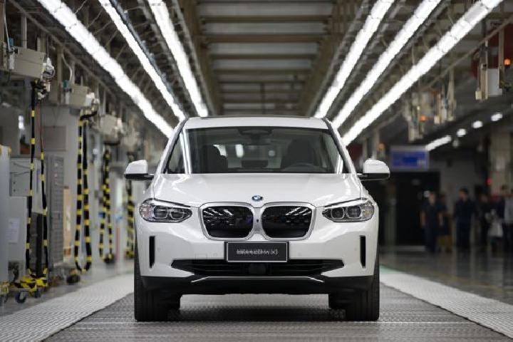 BMW iX3 pertama keluar dari jalur perakitan di BMW Brilliance Automotive (BBA), Shenyang, Cina, 29 September 2020. (BMW)