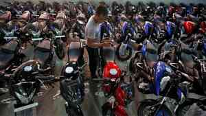 Showroom Bajaj di India. REUTERS