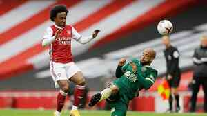 Pemain Arsenal Willian berhadapan dengan Sheffield United David McGoldrickdalam pertandingan Liga Premier melawan Sheffield United di Stadion Emirates, London, Inggris, Ahad, 4 Oktober 2020. REUTERS/Kirsty Wigglesworth