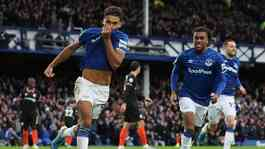 Pemain Everton Dominic Calvert-Lewin, melakukan selebrasi setelah mencetak gol ke gawang Chelsea dalam pertandingan Liga Inggris di Goodison Park, Liverpool, 7 Desember 2019. Action Images via Reuters/Molly Darlington