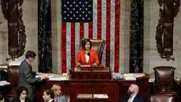 Ketua DPR AS Nancy Pelosi berbicara soal resolusi yang menguraikan langkah-langkah selanjutnya dalam penyelidikan pemakzulan Presiden AS Donald Trump di Capitol Hill di Washington, AS, 31 Oktober 2019. REUTERS / Tom Brenner