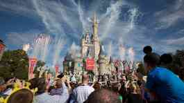 Pesta kembang api di sekitar kastil Cinderella selama upacara pembukaan untuk Fantasyland baru Walt Disney World di Lake Buena Vista, Florida 6 Desember 2012. [REUTERS / Scott Audette / File Photo]