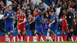 Gelandang Chelsea N'Golo Kante, melakukan selebrasi bersama rekannya Jorginho usai mencetak gol ke gawang Liverpool dalam pertandingan Liga Inggris di Stamford Bridge, London, 22 September 2019. REUTERS/Eddie Keogh