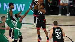 Guard Toronto Raptors guard Kyle Lowry (7) melepaskan tembakan sambil coba diadang guard Boston Celtics Kemba Walker (8) pada gim keenam semifinal playoff Wilayah Timur NBA, di HP Field House, Orlando, Rabu (9/9/2020). (ANTARA/Reuters/USA TODAY Sports/Kim