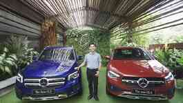 Presiden Direktur PT-Mercedes-Benz Indonesia berfoto bersama the New Mercedes-Benz GLB dan GLA, 24 September 2020. (Antara)